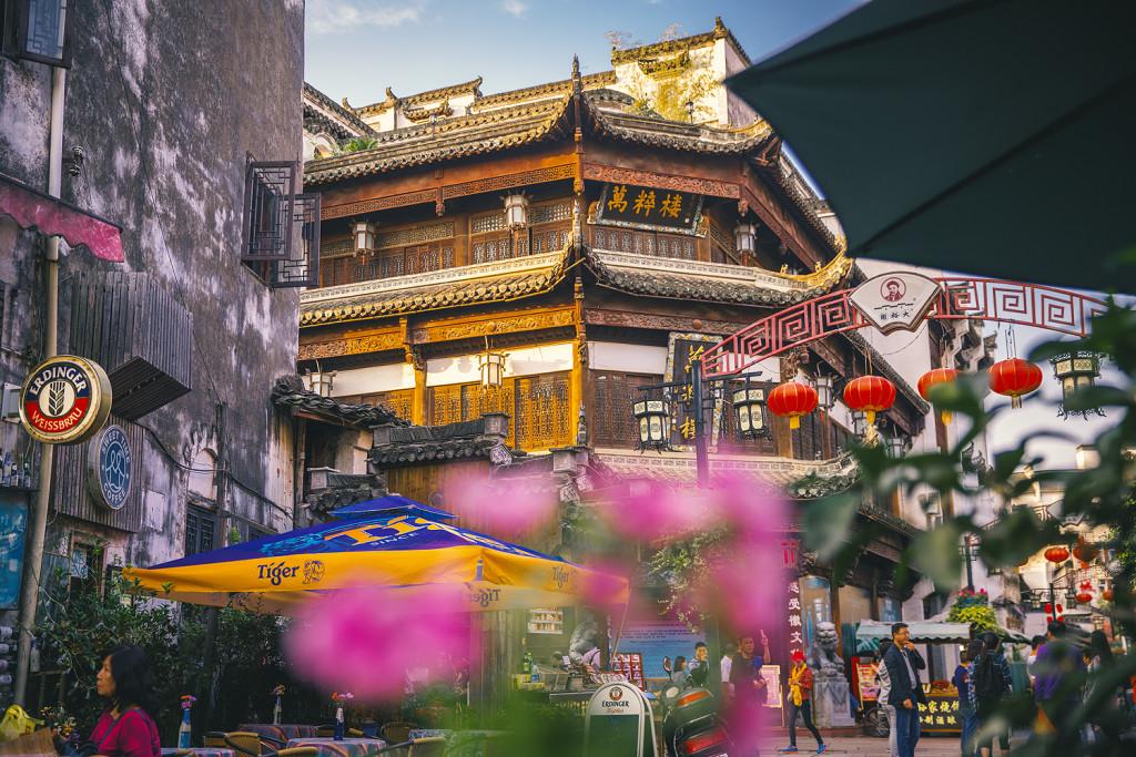 Chile Reiseblog: Zhongma Road - Aussicht vom Xia Wan Cafe auf das Wancuilou Musuem in Tunxi (Huangshan/Anhui) - © PhotoTravelNomads.com