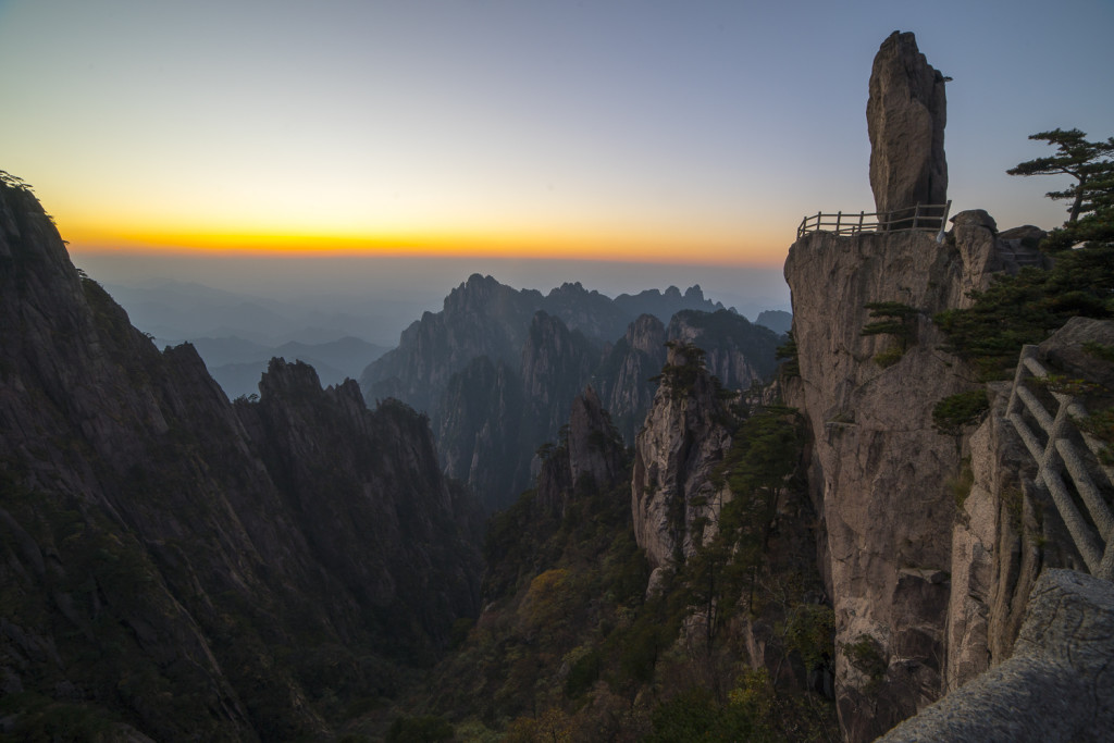 Flying Rock - Huangshan Mountains - Scenic Area - Anhui © PhotoTravelNomads.com