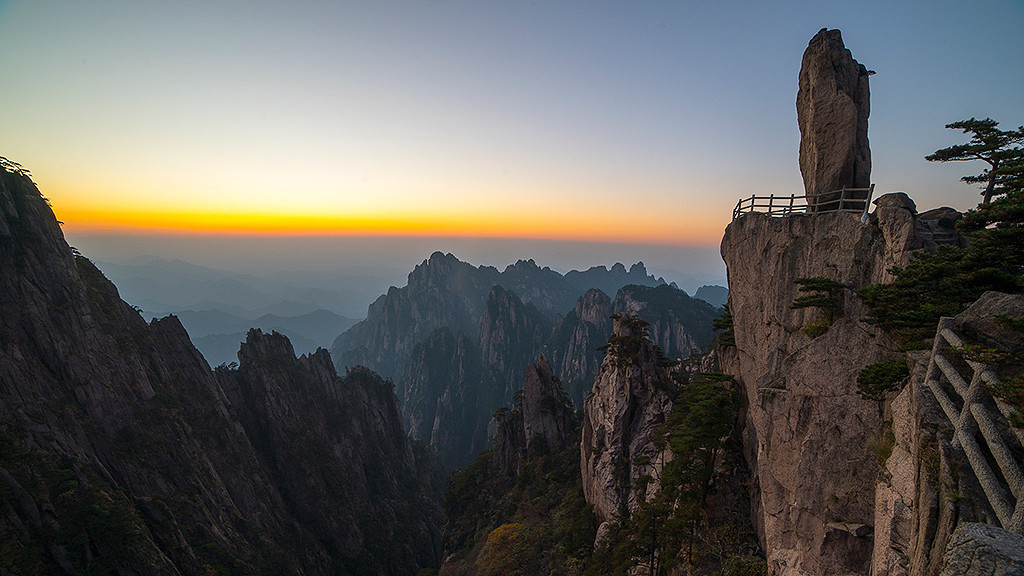 China Reiseblog: Flying Rock at Yellow Mountains / Huangshan Scenic Area (Anhui / China) © PhotoTravelNomads.com