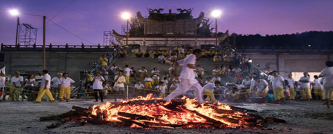 Buddhistische Zeremonie - Feuerlauf © PhotoTravelNomads.com