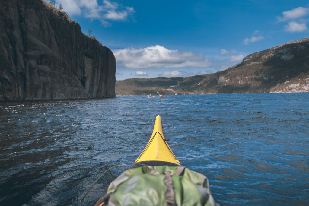 Kayaking im Lake Refsvatn am Preikestolen Base Camp © PhotoTravelNomads.com