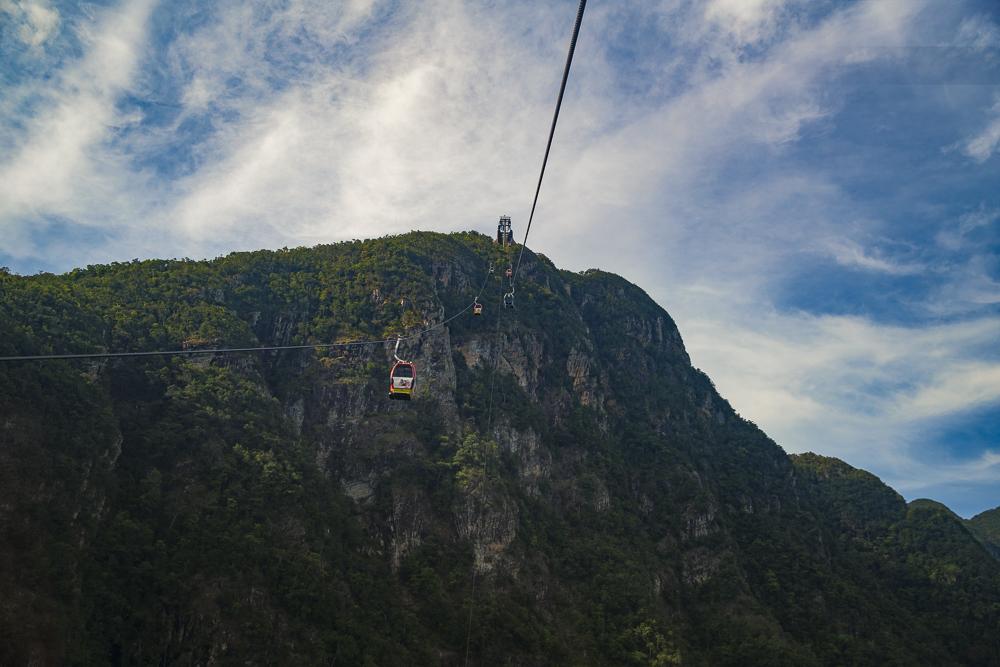 Langkawi Seilbahn: Langkawi Cable Car at Oriental Village Sky Bridge in Langkawi © PhotoTravelNomads