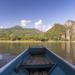 Laos Reiseblog: Boat to Pak Ou Caves at Mekong River © PhotoTravelNomads.com