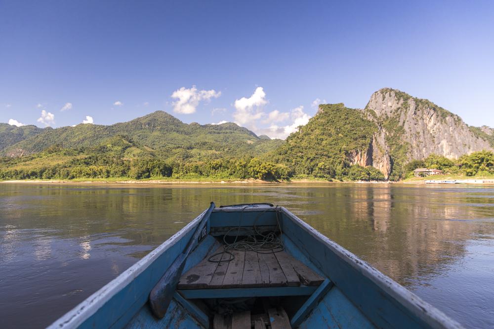 Laos Reiseblog: Boat to Pak Ou Caves at Mekong River ©PhotoTravelNomads.com