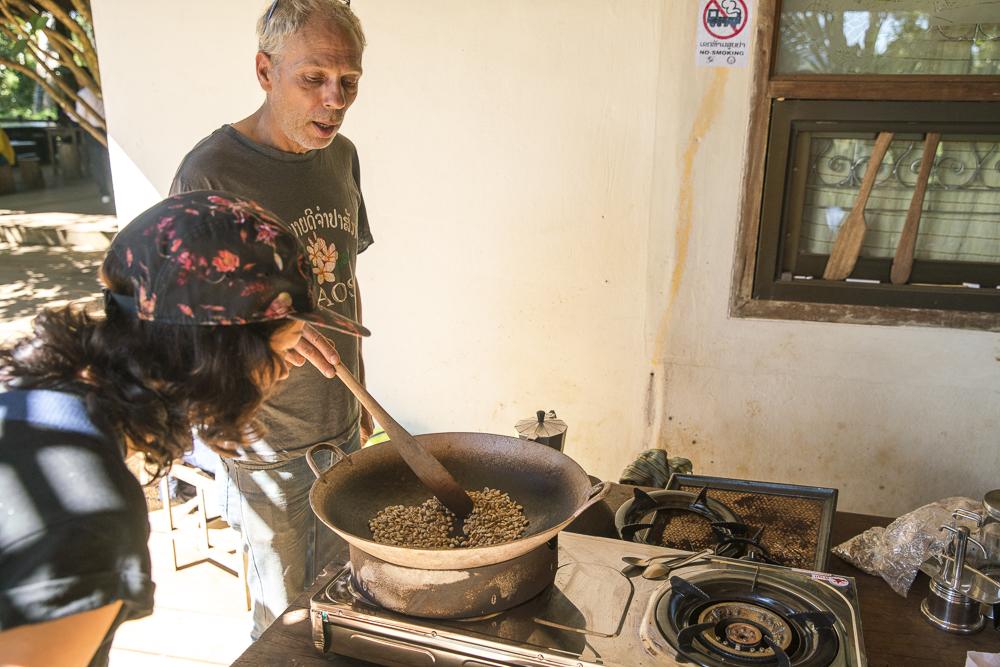 Wir lernen laotische Kaffebohnen zu rösten