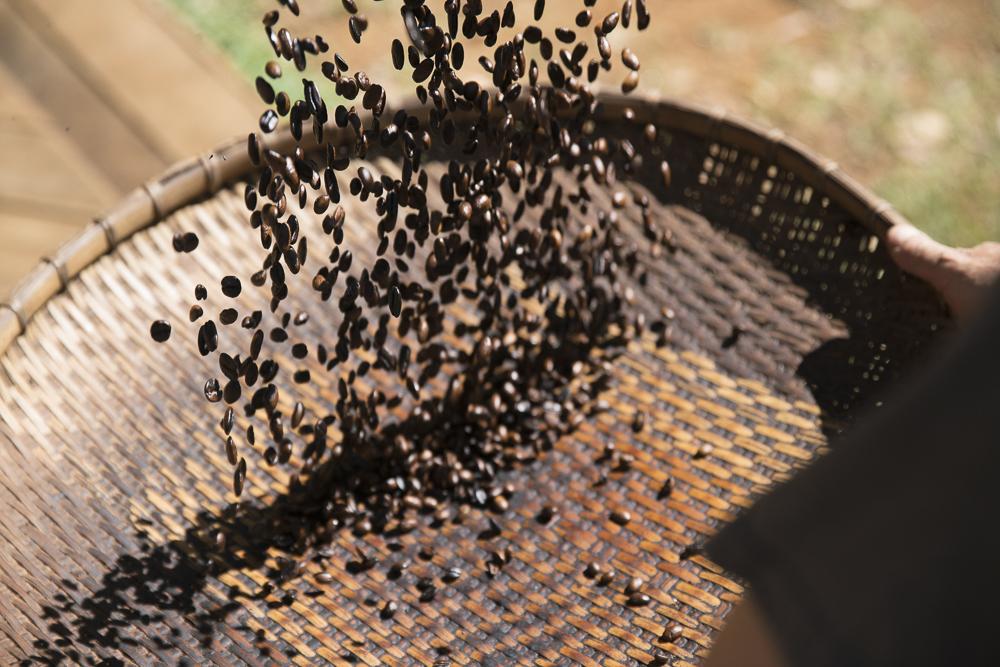 Kaffee rösten lernen: Im Sieb werden sie abgekühlt und die schwarze Schale löst sich
