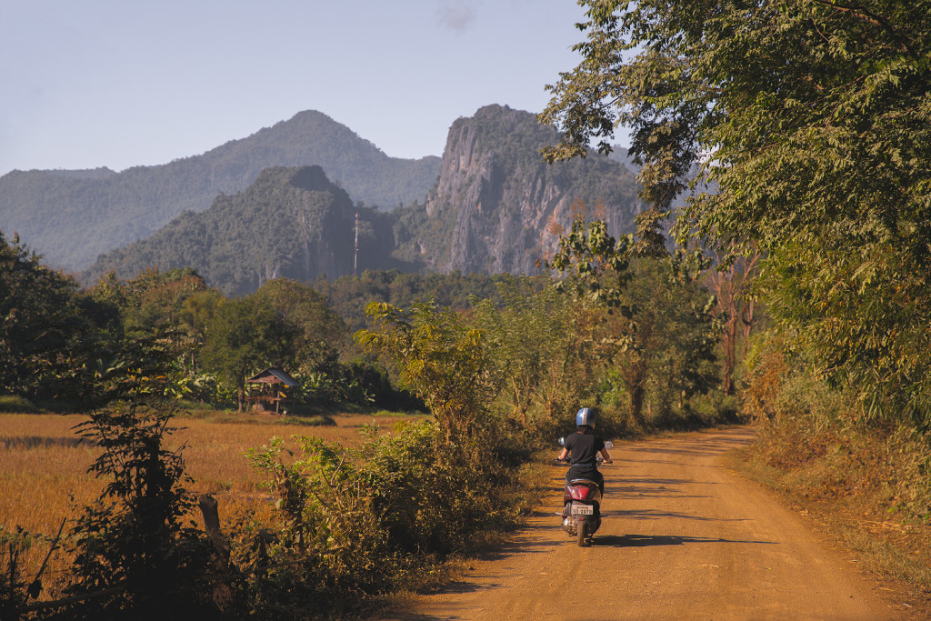 Laos Reiseblog: Road to Pak Ou Cave - Motorbike © PhotoTravelNomads.com