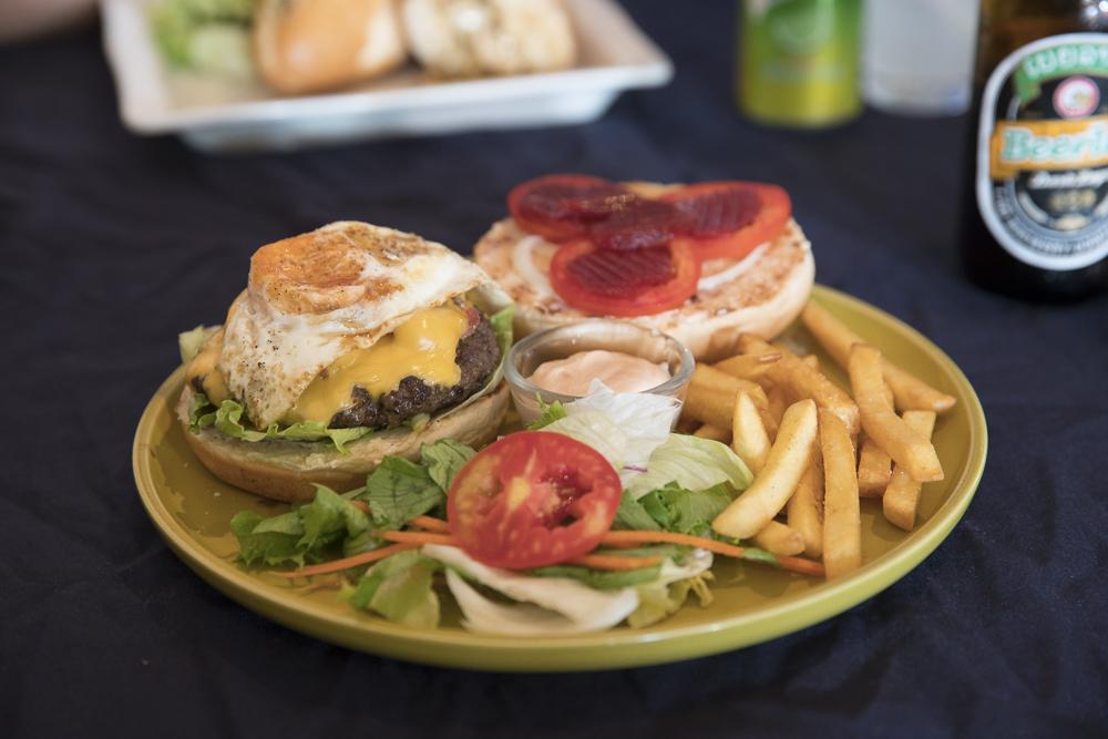 Laos Reiseblog: Best Burger in Vientiane - Rays Grille ©PhotoTravelNomads.com