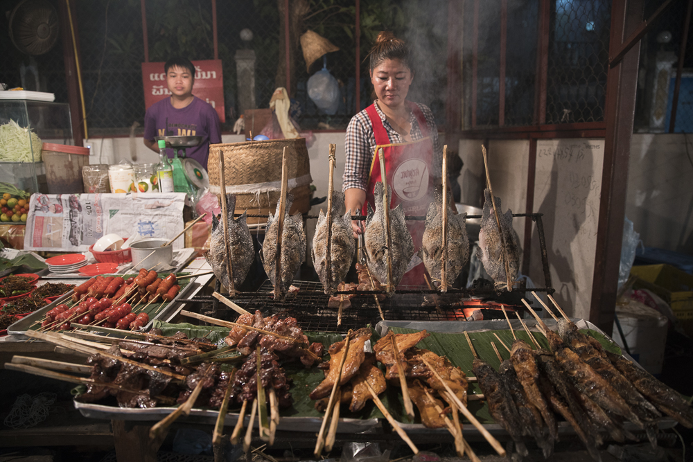 Laos Reiseblog: Foodmarket at night in Vientiane © PhotoTravelNomads.com