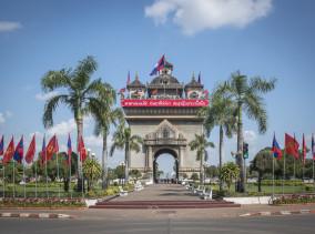 Laos Reiseblog: Sehenswürdigkeiten in Vientiane Patuxai  ©PhotoTravelNomads.com