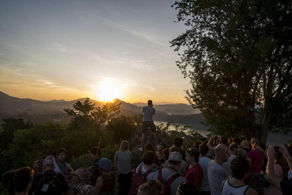 Touristen am Mount Phousi in Luang Prabang © PhotoTravelNomads.com