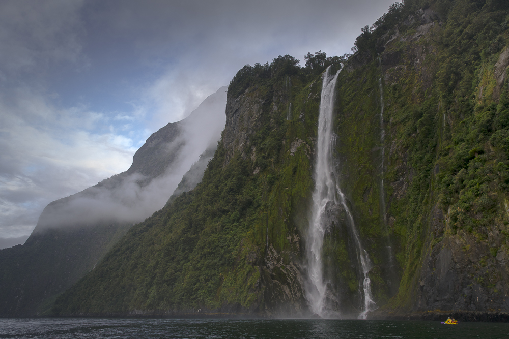 Milford Sound Waimanu Waterfall / Stirling Falls im Fiordland Nationalpark © PhotoTravelNomads.com