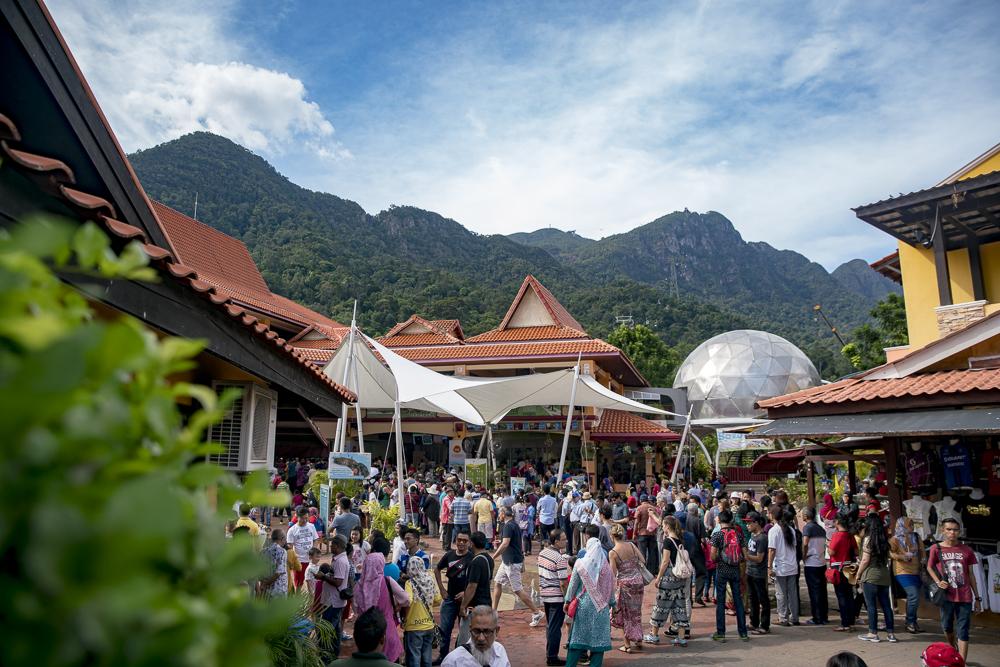 Langkawi Cable Car: Anstehen im Oriental Village an der Seilbahn zur Sky Bridge © PhotoTravelNomads.com