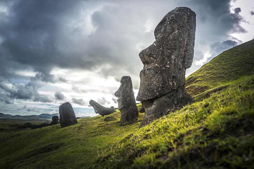 Moai Statuen bei Rano Raraku Moai Statuen auf der Osterinsel in Chile © PhotoTravelNomads.com