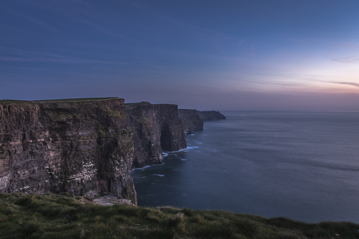Irland Reiseblog: Cliffs of Moher at night © PhotoTravelNomads.com