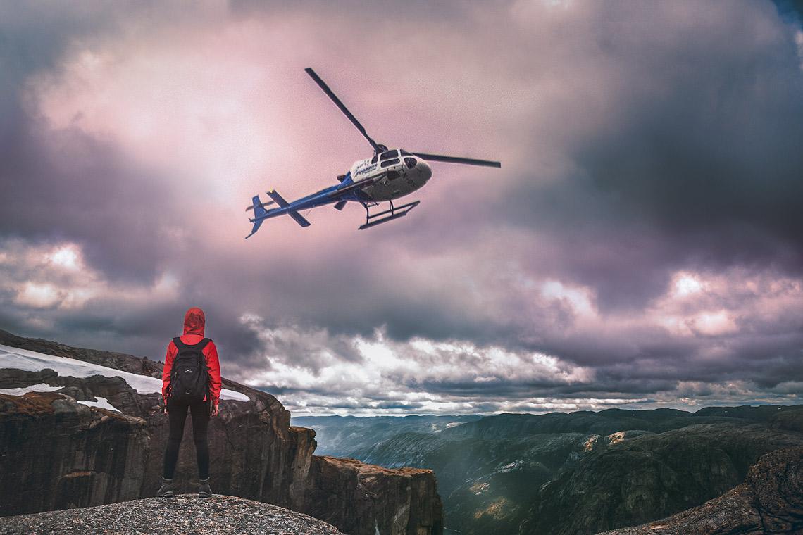 Kjeragbolten Norwegen - Helicopter Basejumper © PhotoTravelNomads.com