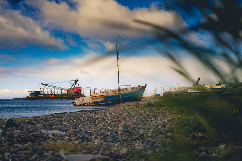 Schiffswrack am Hafen von Punta Arenas