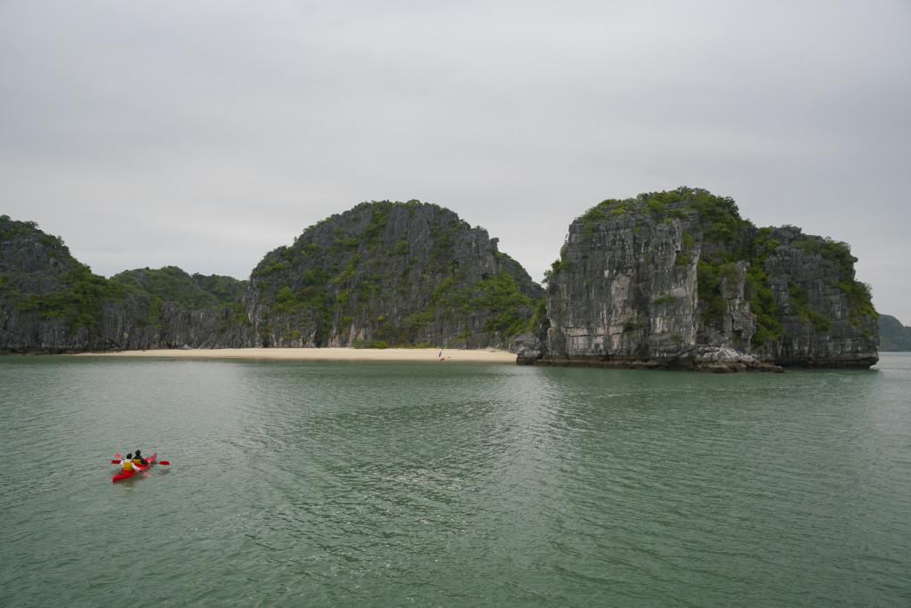 Vietnam Reiseblog: Kayaking at Bai Tu Long Bay © PhotoTravelNomads.com