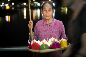 Candlelight Woman in Hoi An (Vietnam) © PhotoTravelNomads