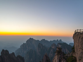 Flying Rock in den Huang Shan Mountains © PhotoTravelNomads.com