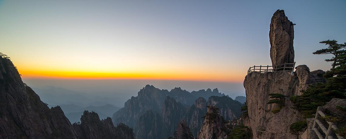 Flying Rock in den Huang Shan Mountains ©PhotoTravelNomads.com