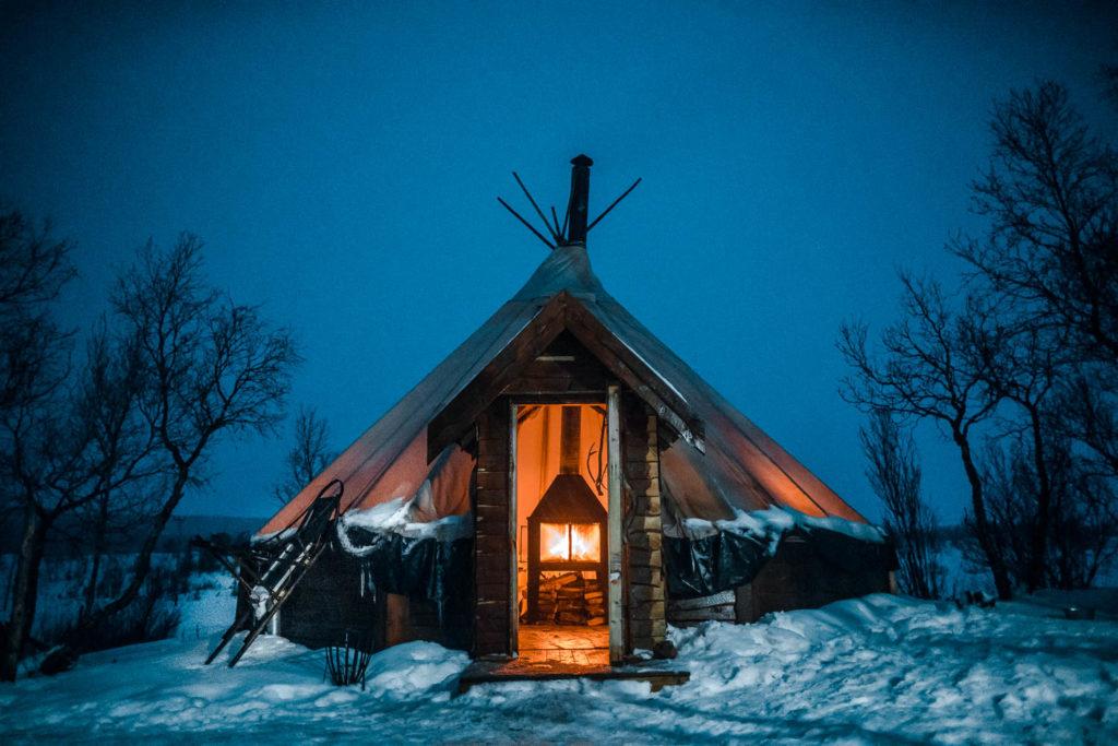 Husky Dog Sledding mit Übernachtung im Sami-Zelt