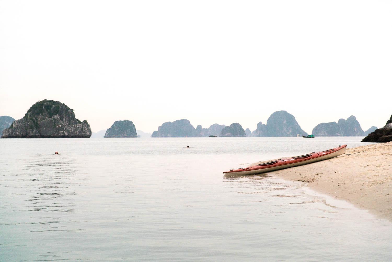 Wir schwimmen in der Bai Tu Long Bay